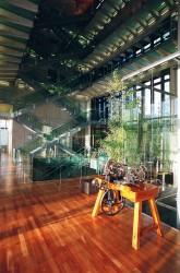 Gläserne Flure: Die großzügige Innenhalle des Manufakturgebäudes.
