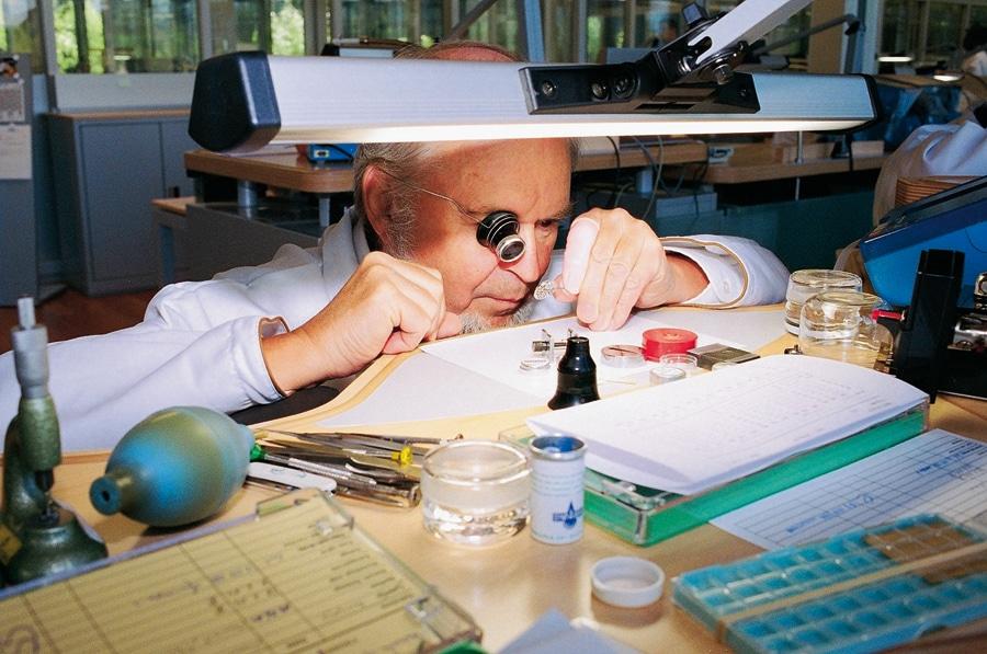 In der Manufaktur steht die Handarbeit im Mittelpunkt: Meisteruhrmacher Michel Keller, seit über 50 Jahren bei Vacheron Constantin, überprüft die Amplitude des skelettierten Kaliber 1003.