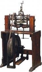 Zahnstuhl zum Verzahnen der Räder, eine Konstruktion des Benediktiners Thaddäus Rinderle. Viele Klostergeistliche wirken im 19. Jahrhundert am Aufschwung des Uhrmachergewerbes mit