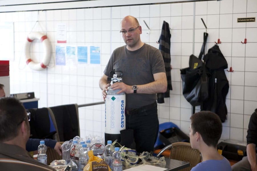 Contributor Jens Köppe bei der Einführung der Tauchschüler