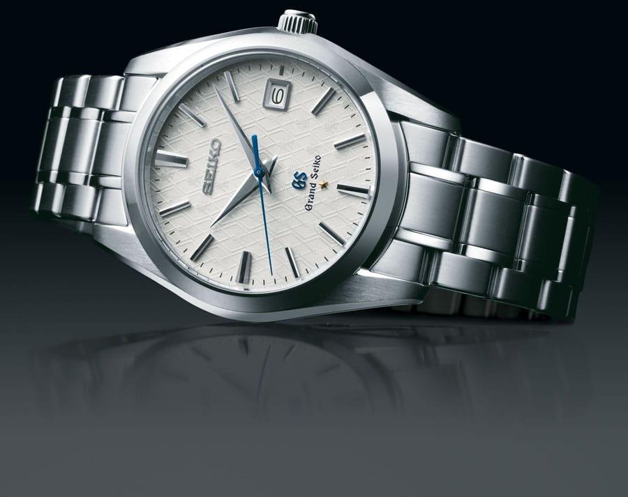 Die Grand Seiko SBGX103 ist auf 2.000 Stück weltweit limitiert. Das Uhrwerk ist in einem versiegelten Gehäuse untergebracht. Damit kann beim Öffnen kein Staub eindringen, was eine lange Lebensdauer und einen genauen Gang sichert.