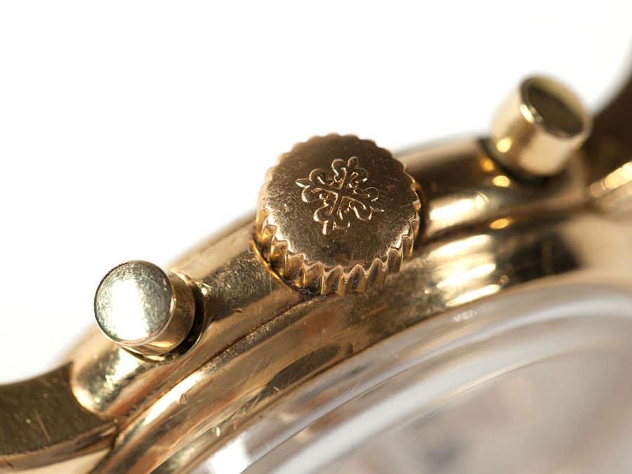 Krone, Drücker und Dornschließe sind aus Gelbgold