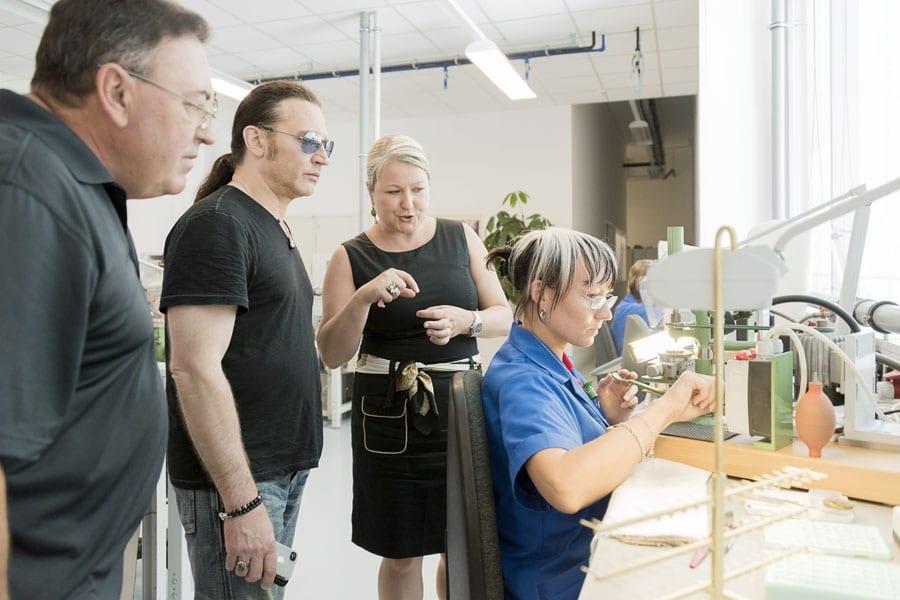"""Eric Singer (Mitte) und Doc McGhee mit Ulrike Kranz in der Abteilung """"Finissage"""""""