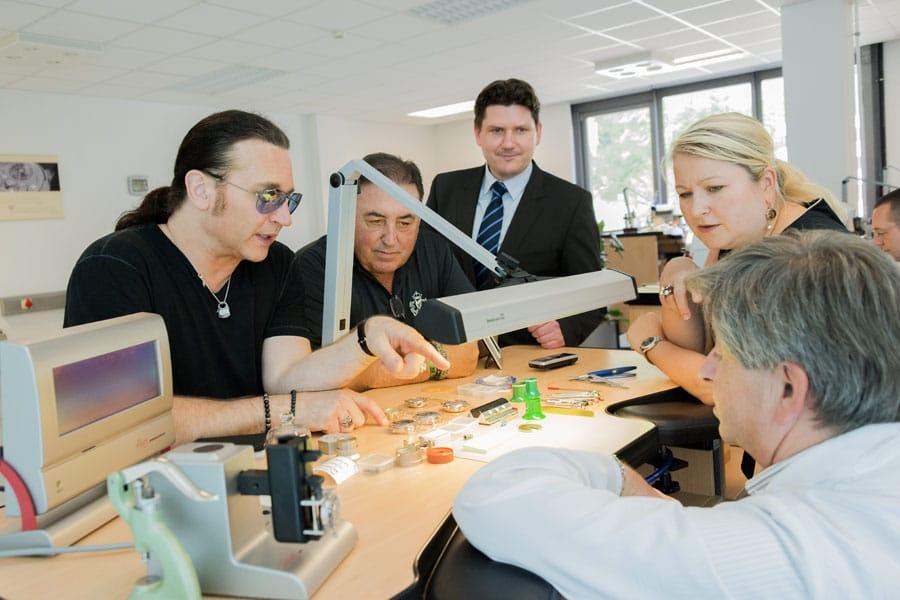 Eric Singer und Doc McGhee mit Michael Hammer und Ulrike Kranz (Presseabteilung) im Uhrenatelier von Glashütte Original