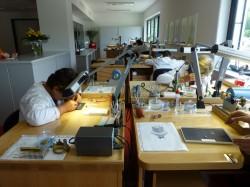In diesem Raum werden verschiedene Finissierungsschritte durchgeführt wie etwa die Fasenpolitur von Schrauben