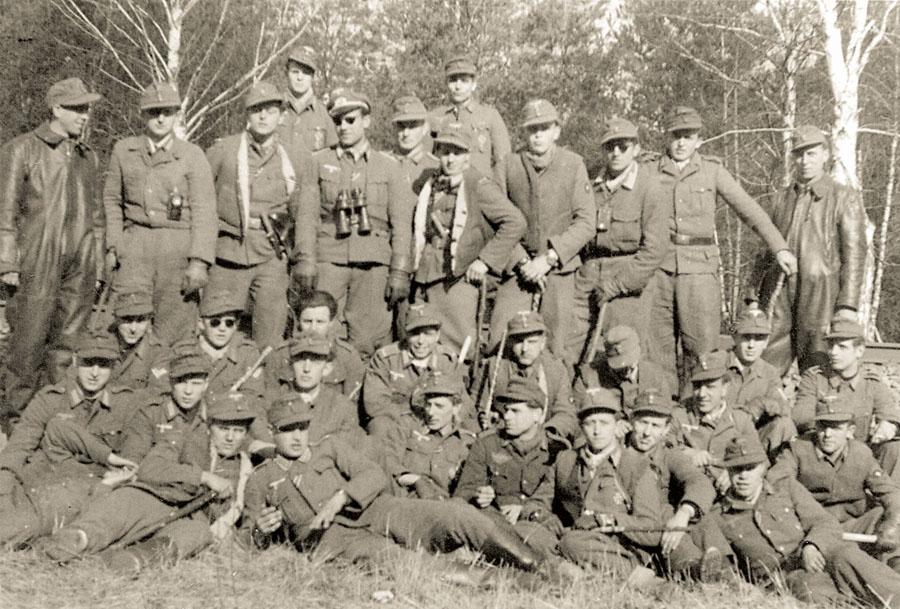 """Die """"Einsatzgruppe Keller"""" im März 1945 an der Ostfront. An den Handgelenken der Kampfschwimmer sind Panerai-Uhren und -Kompasse erkennbar. Foto: Archiv Ehlers & Wiegmann"""