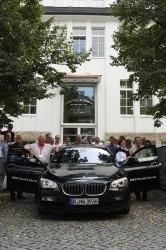 Vor der Manufaktur von A. Lange & Söhne versammeln sich die Teilnehmer der Leserreise um das Sponsorfahrzeug von BMW.