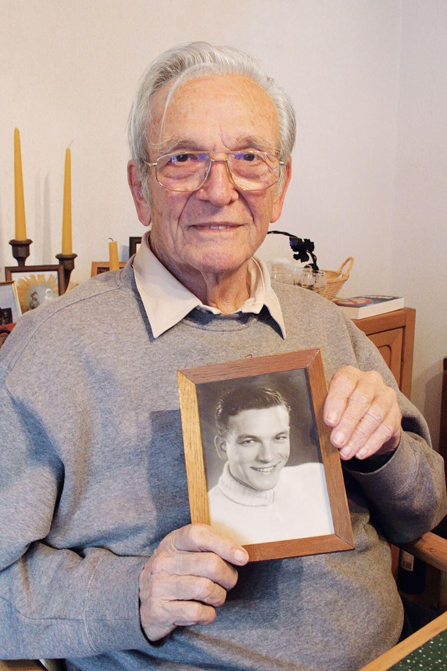 2011: Karl-Heinz Kiefer im Alter von 86 Jahren. In den Händen hält er sein Portrait von 1943. Fast 70 Jahre danach erinnerte er sich in einem Interview. Foto: Volker Wiegmann
