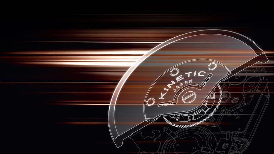 Wie in allen Kinetic Uhren lädt sich die Uhr durch die Armbewegung des Trägers automatisch auf. Mit der Kinetic Direct Drive Funktion kann der Träger aber gleichzeitig durch den Handaufzug Energie zuführen.