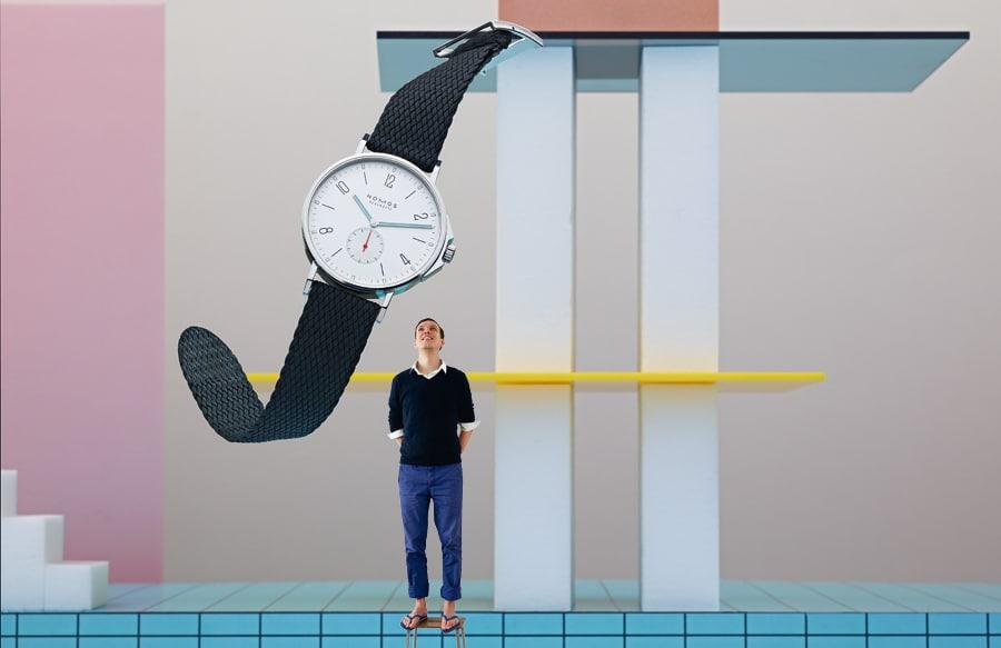 Die Sportuhr Ahoi beim schwungvollen Sprung vom Brett, inszeniert und fotografiert von Sarah Illenberger. Er hat die Ahoi gestaltet: Nomos-Designer Thomas Höhnel