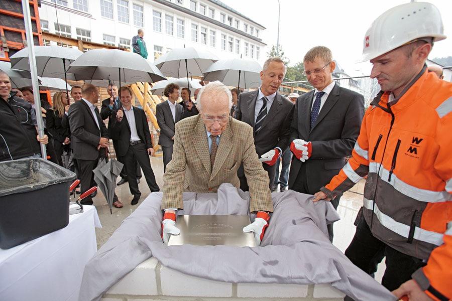 A. Lange & Söhne: Walter Lange legt mit Lange-Ceo Wilhelm Schmid (Mitte) und dem Glashütter Bürgermeister Markus Dreßler den Grundstein mit Zeitkapsel.
