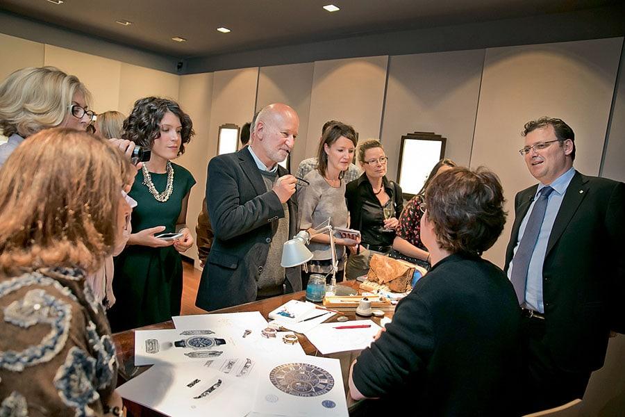 """Thierry Stern (rechts), der Präsident von Patek Philippe, präsentiert die kunsthandwerkliche Kompetenz und die Kollektion """"Rare Handcrafts"""""""