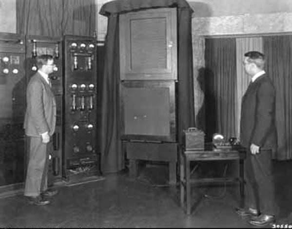 W. A. Marrison (rechts) und J.W. Horton am Bell Communication Laboratory. Links der quarzstabilisierte Frequenzgenerator von 1927.