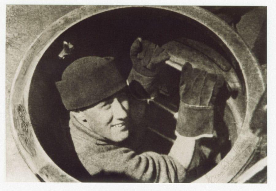 """Der Kommandant geht an Bord – Mario Arillo beim Einsteigen in das U-Boot """"Ambra"""" Foto: Familie Arillo"""
