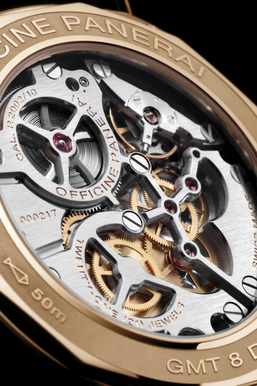 Im Innern der Radiomir 8 Days GMT Oro Rosso 45mm tickt das Handaufzugskaliber P.2002