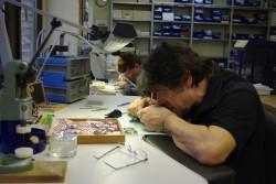 Zwölf Mitarbeiter bei Laco produzieren 40000 Uhren im Jahr.