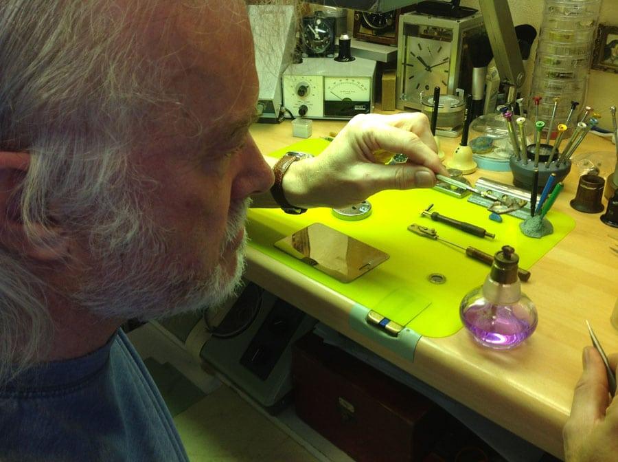 Uhrmacher Peter Roberts bei der Arbeit
