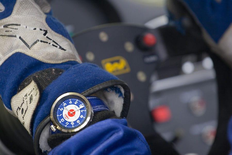 IWI Watches: SM-444 am Handgelenk eines Rennfahrers