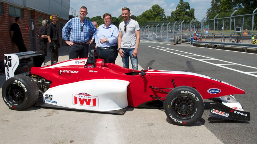 Blogger Angus Davies (links) mit Tim Nadin, Chief Executive von IWI Watches (Mitte)