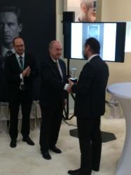 Der Präsident Josef M.Stadl überreicht den Ehrenpreis an Dr. Hans-Jochem Stein, Junghans.