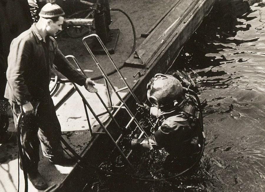 Bergungstaucher im Hamburger Hafen. Im März 1949 verunglückte Siegfried Köneke bei einem Tauchgang tödlich. (Foto: Jochen Burnus)
