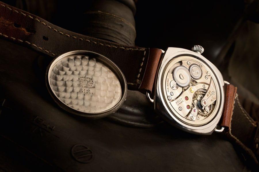 Blick ins Innere der Köneke-Radiomir: die Rolex-Punze auf dem inneren Gehäuseboden (links) und die Rolex-Gravur auf der Werkbrücke geben Auskunft über die Herkunft des Uhrwerks vom Kaliber 618 / Typ 1 mit 17 Rubinen. (Foto: Jörg Wischmann)