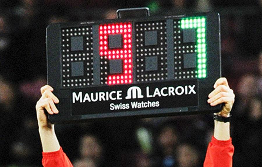"""Der """"Maurice Lacroix""""-Schriftzug auf der Auswechseltafel in Barcelona"""