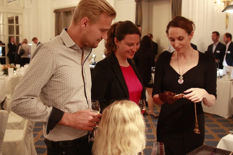 Nicole Bär von Bovet zeigt die wertvollen Stücke, die sie mitgebracht hat.