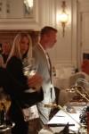 Die Gäste nutzen die Gelegenheit, die Uhren zu betrachten und die Repräsentanten der Marken zu befragen.
