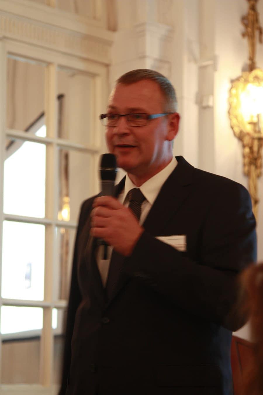 Jens Gerlach, Verlagsleiter Uhrenmedien, begrüßt die Gäste.