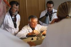 Uhrmacher Jaquet Rochat erlätert den UHREN-MAGAZIN-Leser die nächsten Arbeitsschritte in der Master Class.