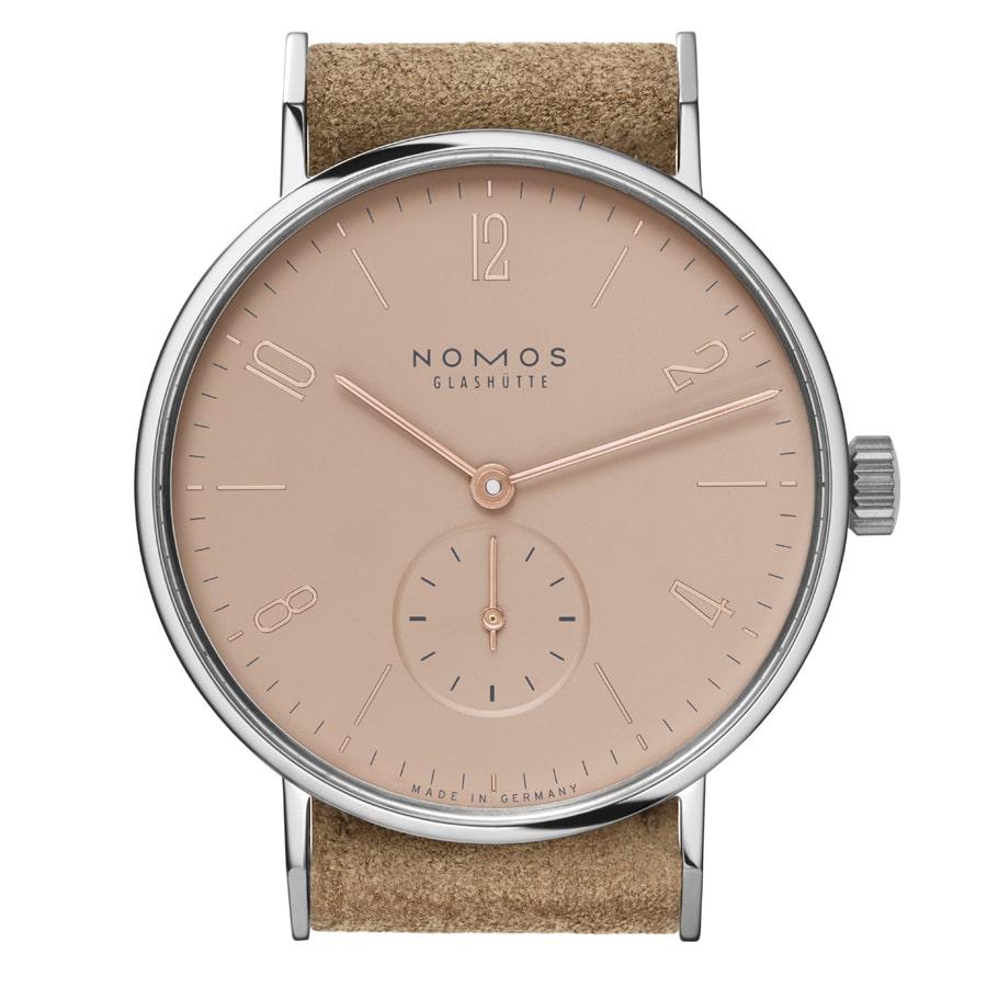 Die Nomos Tangente Elfie kombiniert das Velourslederband</br>mit einem roséfarbenem Zifferblatt.