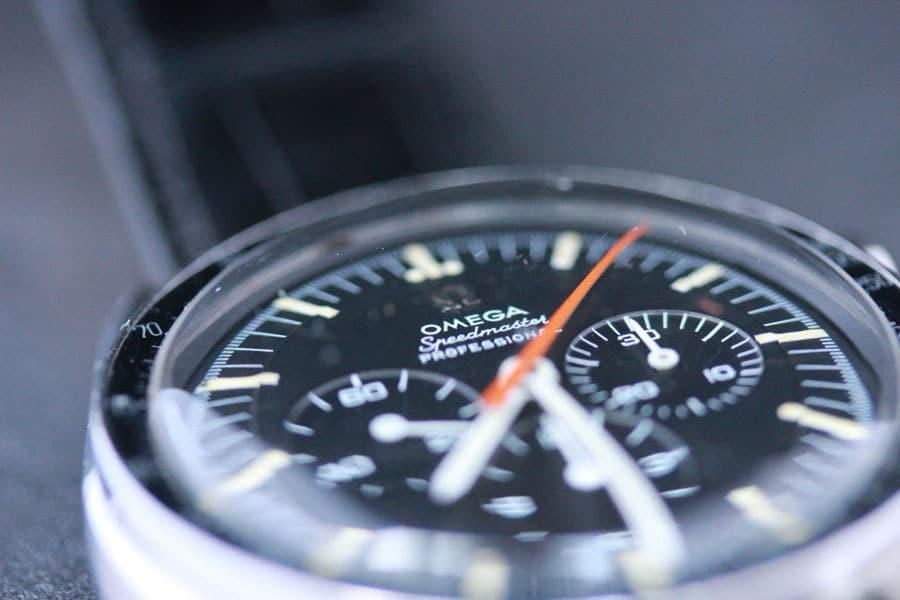 Die Omega Speedmaster Referenz 145.012 Buzz Aldrin mit orangefarbenem Chronographenzeiger.