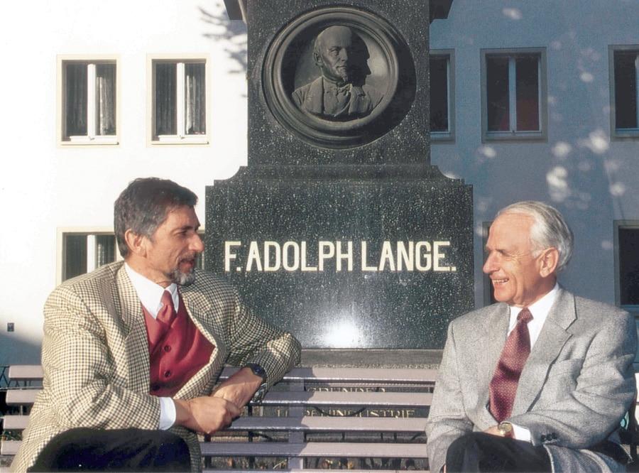 Günter Blümlein und Walter Lange vor dem Denkmal</br>des Glashütter Pioniers Ferdinand Adolph Lange.