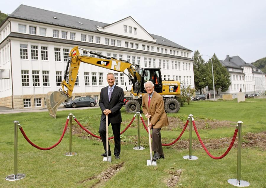 Walter Lange mit Wilhelm Schmid, CEO von A. Lange & Söhne,</br>bei der Grundsteinlegung für das neue Firmengebäude.
