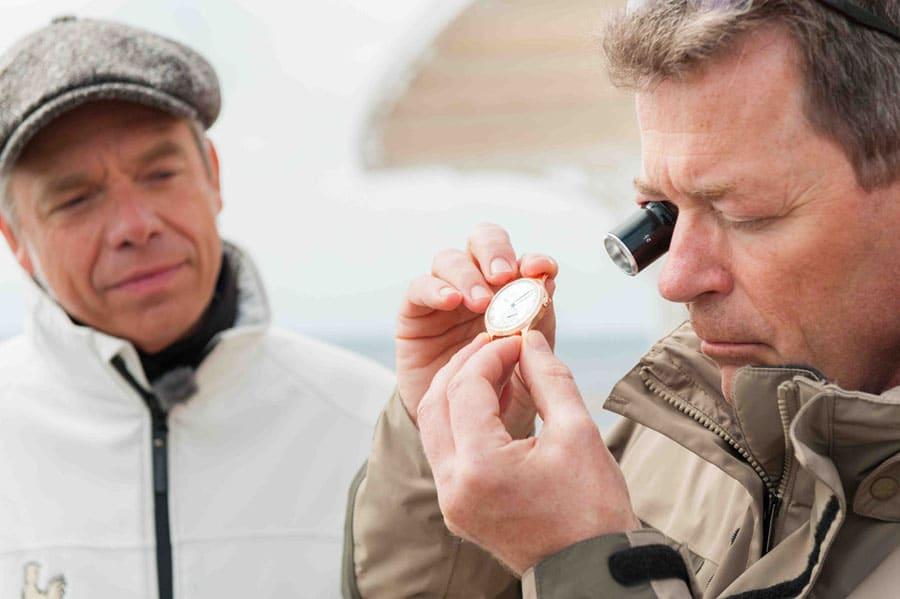 Uhrenmanufaktur Hentschel: Überprüfung einer Uhr mit der Lupe