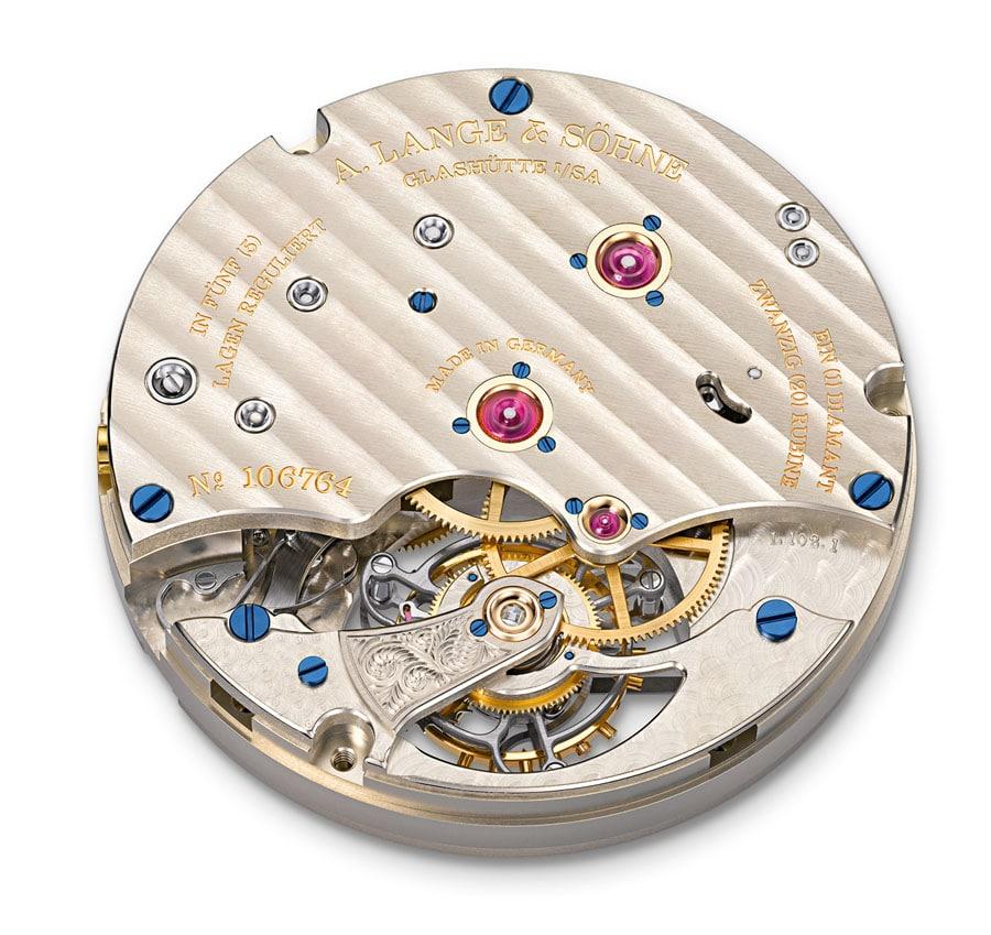 Lange-Manufakturkaliber L102.1. Durch den Saphirglasboden zeigt sich das feinmechanisch komplexe und handwerklich vollendete Werk der 1815 Tourbillon.