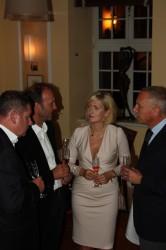 Der CEO von A. Lange & Söhne, Wilhelm Schmid (rechts), beim traditionellen Abendessen mit Gästen aus Glashütte.