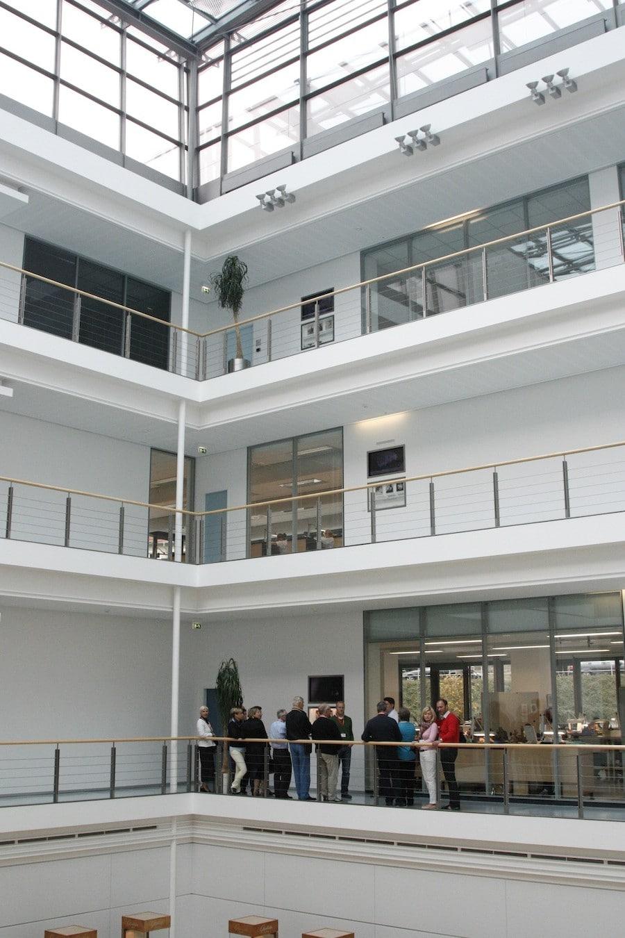 Durch den integrierten Lehrpfad wird die Manufaktur mit ihrem imposanten Atrium erlebbar.