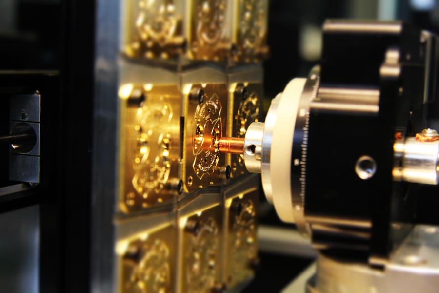 Beim Einbringen des Genfer Siegels als Nanostruktur-Markierung wird die Metalloberfläche auf mikroskopischer Ebene verändert