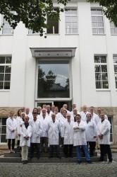 Die UHREN-MAGAZIN-Leser beim Gruppenbild vor dem Hauptgebäude von A. Lange & Söhne.