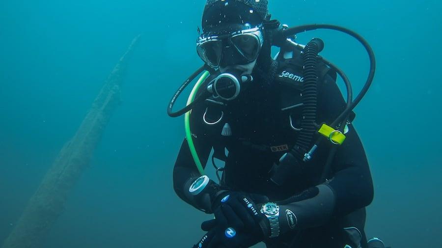 Prüfender Blick auf die Uhr. Damit man unter Wasser die Zeit eben nicht vergisst.
