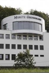 Das imposante Manufakturgebäude erhebt sich vom Steilufer der Müglitz aus über die Ortschaft.