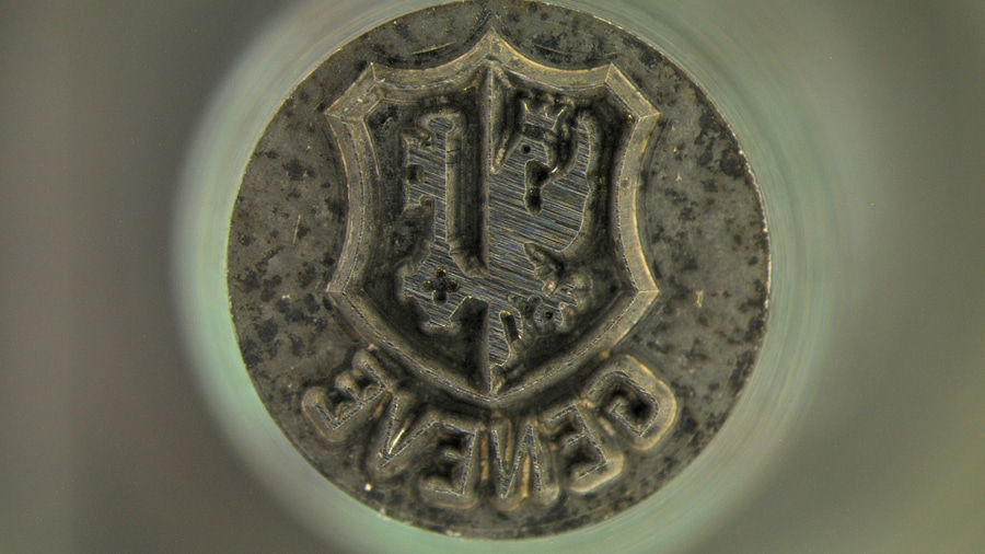 Schlagstempel: Das Genfer Siegel wird herkömmlicherweise in das Metall eingepunzt.