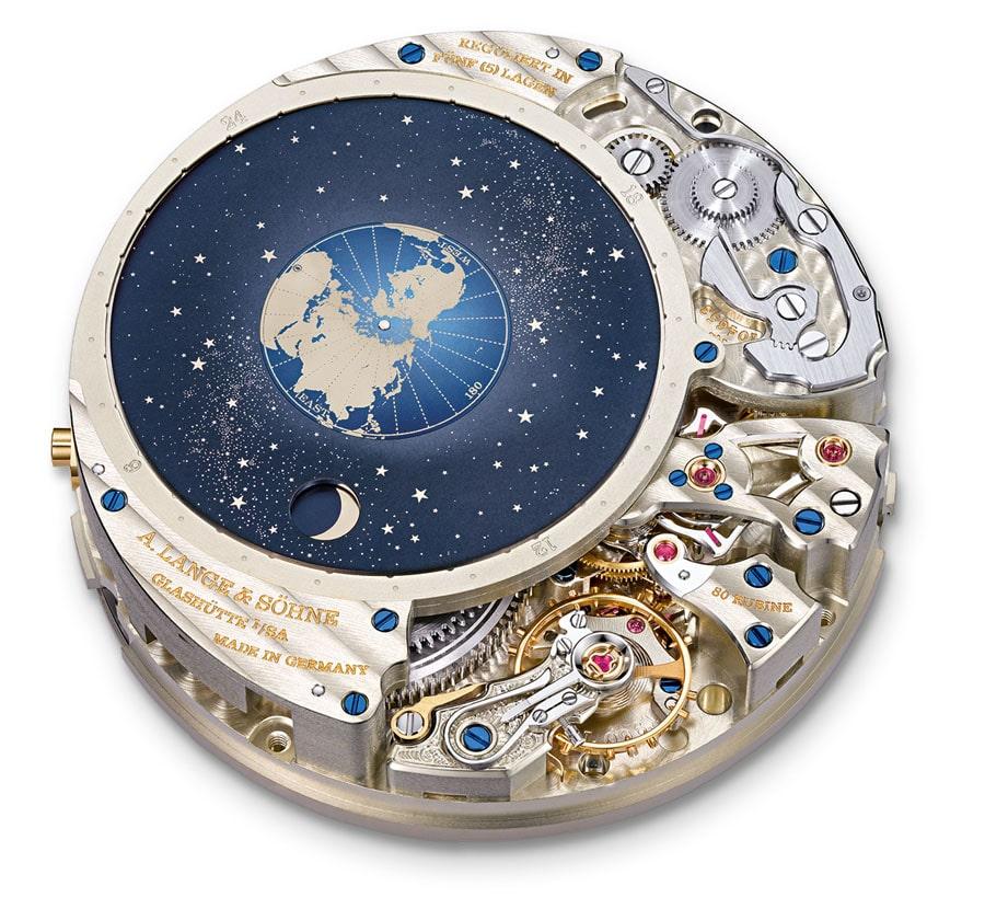 Lange-Manufakturkaliber L 096.1. Die orbitale Mondphasenanzeige veranschaulicht die Konstellation von Erde, Mond und Sonne.