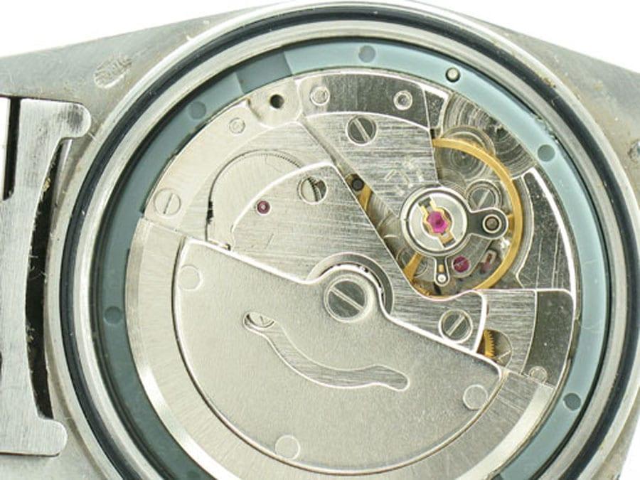 Einige Replica-Uhren sind so authentisch, dass man erst die Uhr öffnen muss, um zu sehen, dass es sich um eine Fälschung handelt.