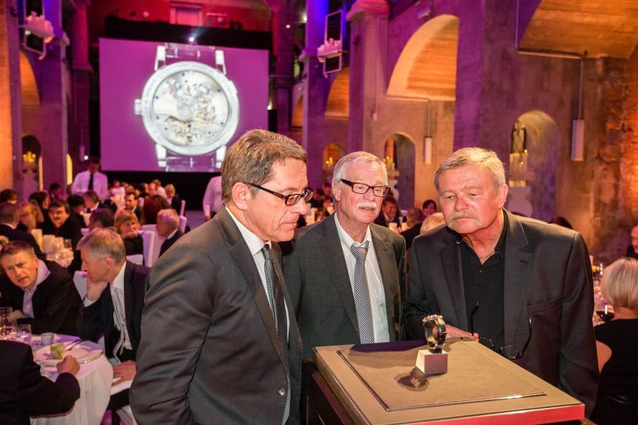 Die Gäste des A. Lange & Söhne Gala-Dinners begutachten das auf 20 Exemplare limitierte Jubiläumsmodell Lange 1 Tourbillon Handwerkskunst