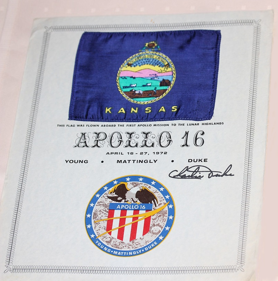 Flagge der Mission Apollo 16, die im April 1972 auf dem Mond war