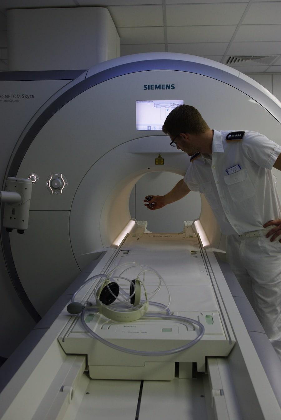 Einem Magnetfeld mit einer Stärke von 3,0 Tesla im Bundeswehrzentralkrankenhaus musste sich die Omega stellen.