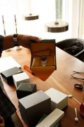 Alle Uhren werden in ihrer Originalverpackung inklusive Papier und Kaufbeleg verwahrt.